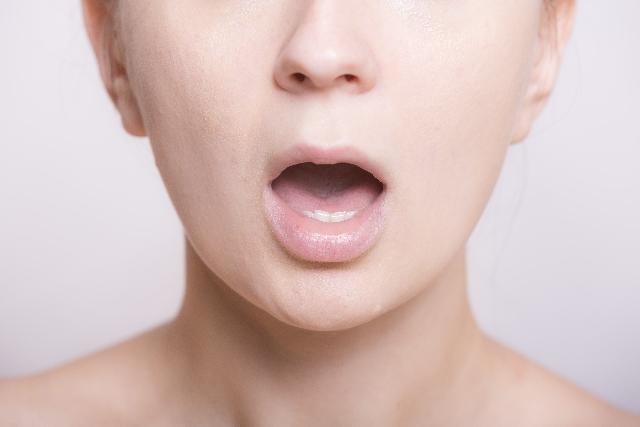 """あなたは大丈夫?舌の汚れ""""舌苔""""を引き起こす7つの理由"""