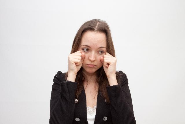 これでスッキリ!泣いた後の目の腫れの治し方4ステップ